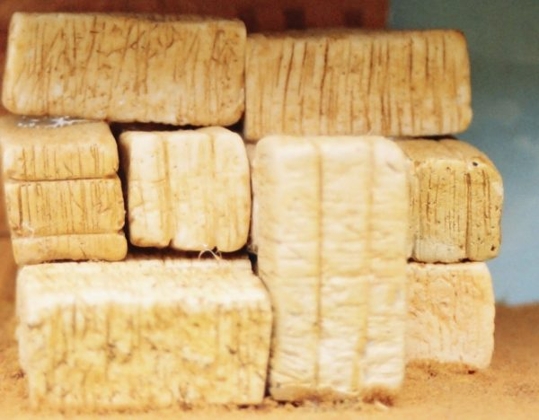 21-102 Shirecraft AC2 Hay Bales, rectangular Quantity 8 (unpainted). NB! The product picture shows this item painted and presented in a diorama.-0