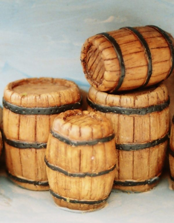 21-105 Shirecraft AC5 Casks/ Barrels, small: Quantity 4 unpainted. The product picture shows this item as 2 large and 2 small casks, painted and presented in a diorama.-0