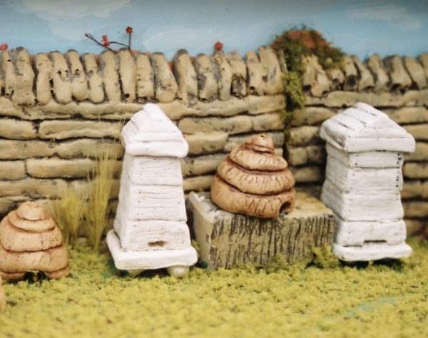 21-111 Shirecraft AC11 Pack of Beehives/Skeps. Pack of 2 large and 1 small beehives,plus 2 Skeps. (Unpainted) for G scale etc.-0