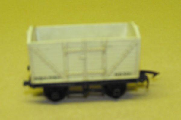 R11/14 Triang van cream col no roof . Size: OO -0