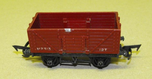 R112/17 Triang 7 Plank Wagon. Size: OO   This is a second-hand item.-0
