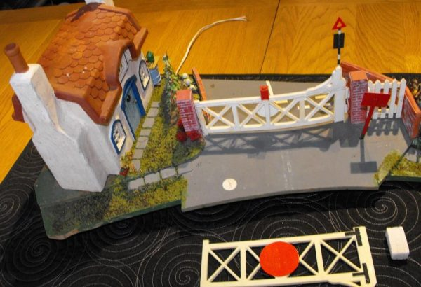 Our code SHLCGKC Gate Keeper's Cottage for Level Crossing. Small Cottage / level-crossing diorama scene mounted on a base -1370