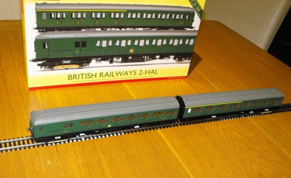 R3290 Hornby BR 2-HAL 2 car multiple unit '2639' train pack. 1 x Driving Motor Brake S10757S, 1 x Composite EMU 'S12224S SR green, Size: OO gauge-1467