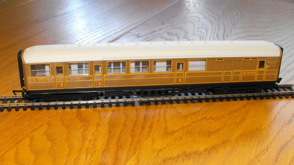 Hornby R4333 LNER Teak Brake Car NEW OO boxed-1557